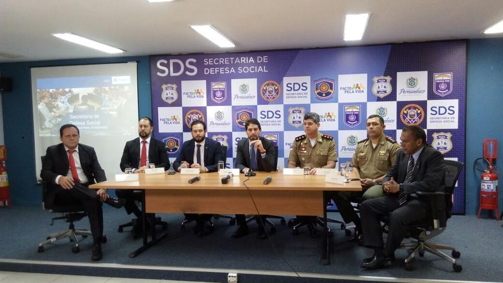 Secretário de Defesa Social de Pernambuco, Antônio de Pádua (centro) apresenta resultados da Força-tarefa Coletivos (Foto: Marina Meireles/G1)