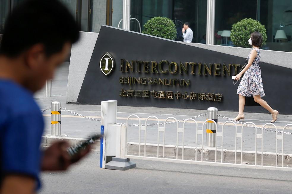 Homem usa celular do lado de fora de hotel em Pequim, na China (Foto: REUTERS/Thomas Peter)