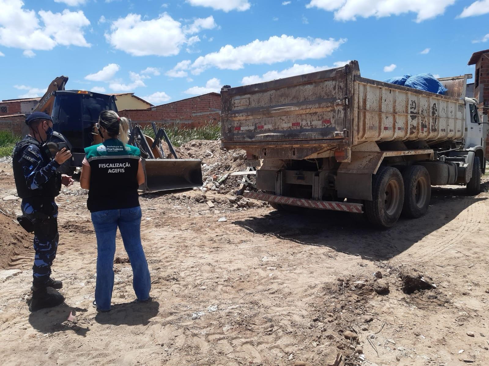 Responsável por aterramento irregular em zona de preservação ambiental em Fortaleza é autuado pela Agefis