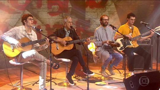 Palco do Fantástico recebe Caetano Veloso e os filhos Zeca, Moreno e Tom