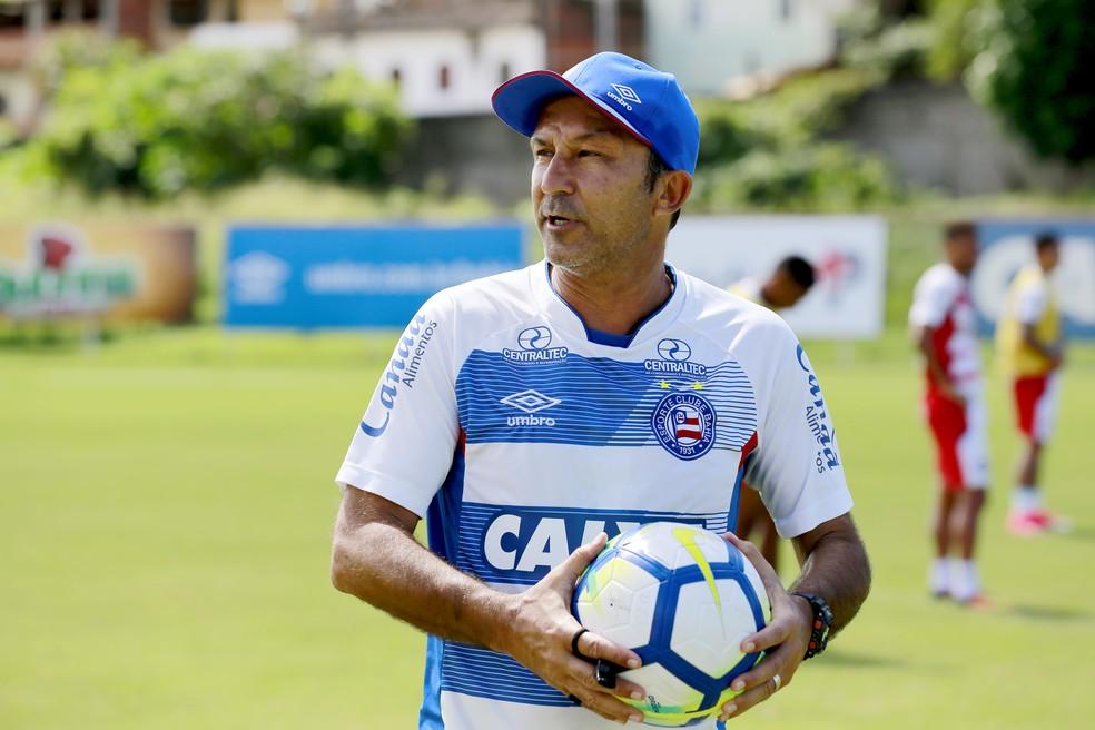 Cláudio Prates comanda o Bahia interinamente na partida contra o CRB — Foto: Felipe Oliveira/Divulgação/EC Bahia