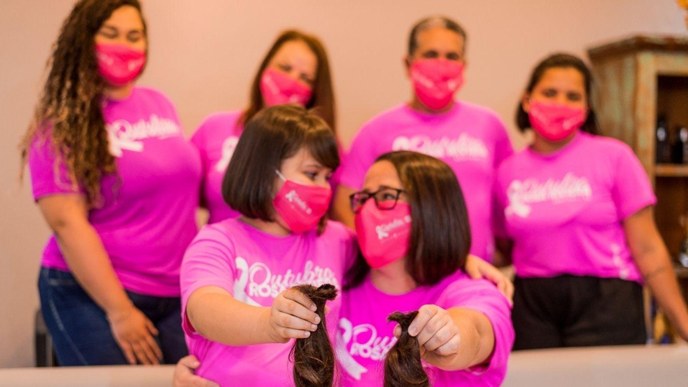 Mãe e filha fazem corte de cabelo solidário no Outubro Rosa da Riviera