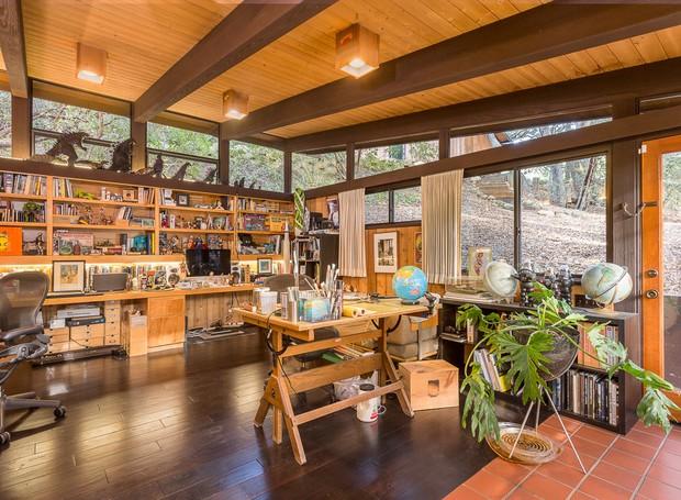 A bagunça do escritório dá vida ao ambiente e personifica mais a casa (Foto: Shawn Bishop Photography/ Reprodução)