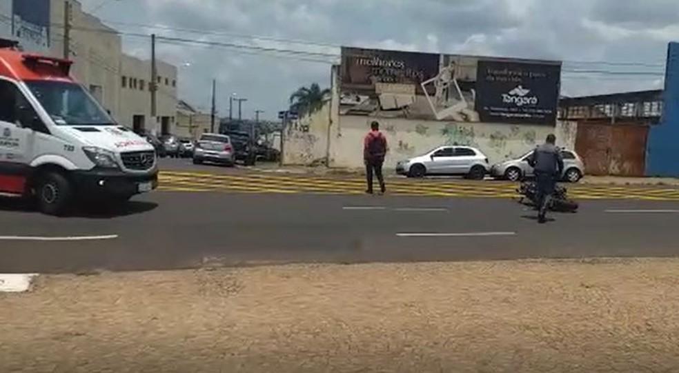 Moto ficou caída na Avenida Sampaio Vidal a cerca de 20 metros da bicicleta — Foto: José Aparecido Silva/Arquivo pessoal