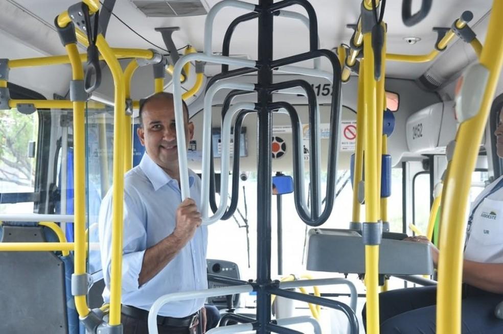 Presidente da Ceturb, Alex Mariano,testa catraca alta em ônibus do Transcol (Foto: Frederico Loureiro/Secom-ES)