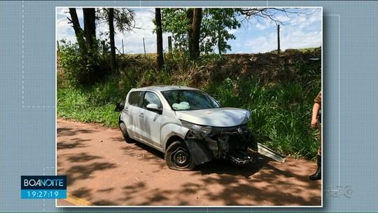 Motorista fica gravemente ferido após carro capotar e bater contra árvore na PR-680, em Douradina