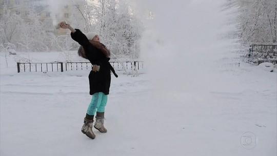 Água fervendo vira gelo no frio de -67°C da Rússia em segundos