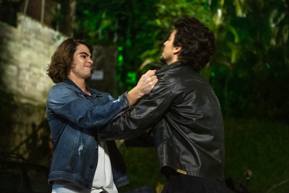 João (Rafael Vitti) e Jerônimo (Jesuíta Barbosa) brigam novamente em 'Verão 90' — Foto: Isabella Pinheiro/Gshow