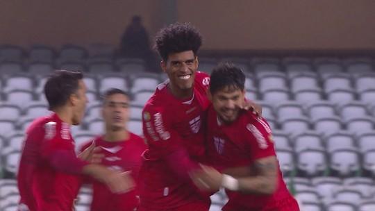 GOL DO CRB! Aos 46 minutos, Léo Ceará aproveita erro na saída de bola e chuta colocado