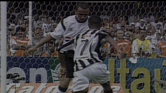 Gabigol comemora gol do Santos sobre o Corinthians com pedaladas de Robinho; veja vídeos