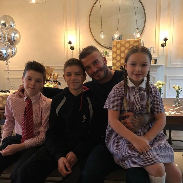David Beckham posa com Cruz, Romeo e Harper Beckham em seu aniversário (Foto: Instagram/Reprodução)