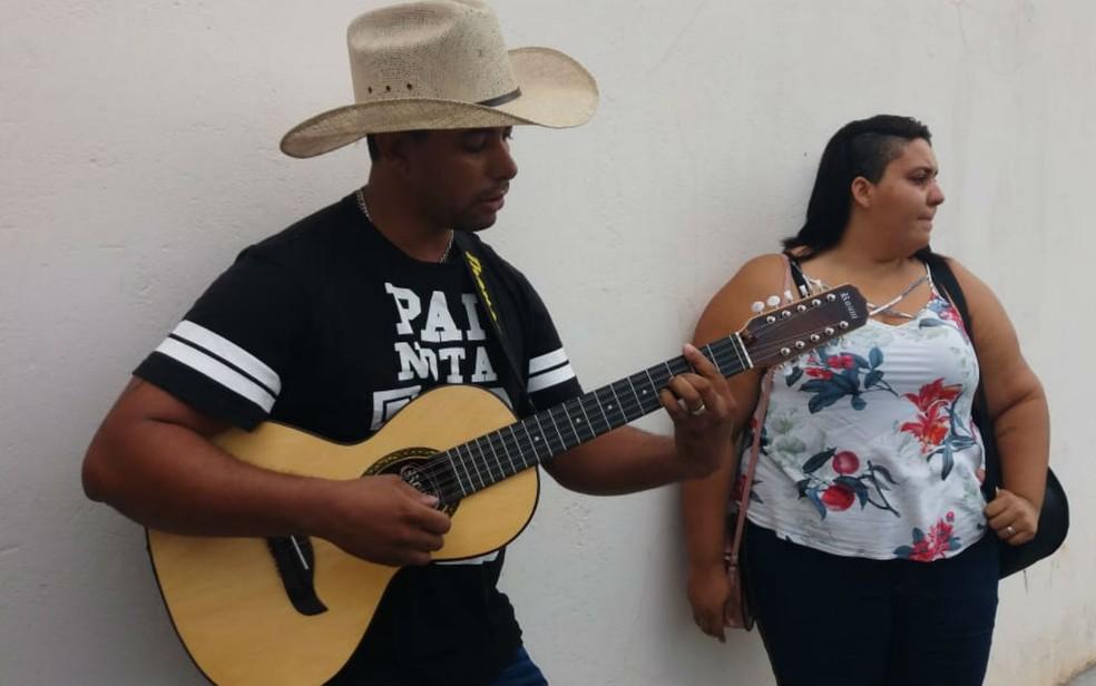Fã de Juliano Cezar, Alexandre Oscar levou a viola para homenagear o ídolo em Ribeirão Preto (SP) — Foto: Vinicius Alves/CBN Ribeirão