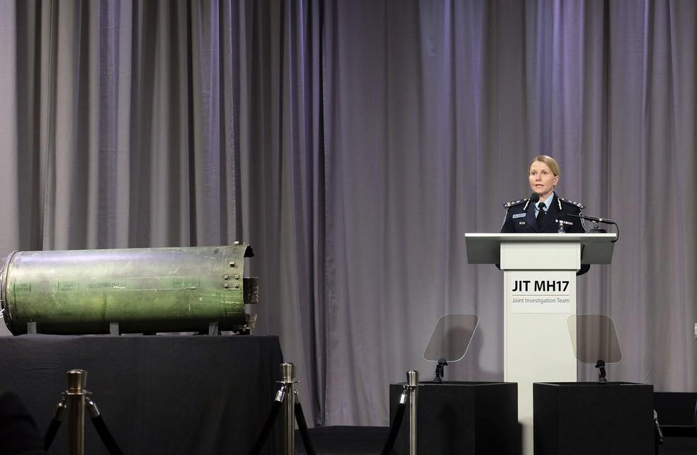 Jennifer Hurst, comandante da polícia australiana, fala ao lado de componente de míssil Buk recuperado do local em que caiu o voo MH17 da Malaysia Airlines em 2018 na Ucrânia (Foto: AP Foto/Michael Corder)