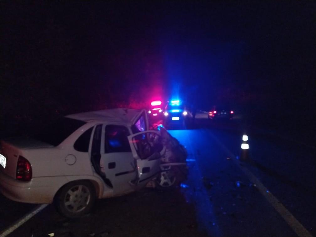 Carros bateram de frente e passageira morreu na BR-174, perto do município de Glória D'Oeste — Foto: Corpo de Bombeiros de Cáceres/Divulgação