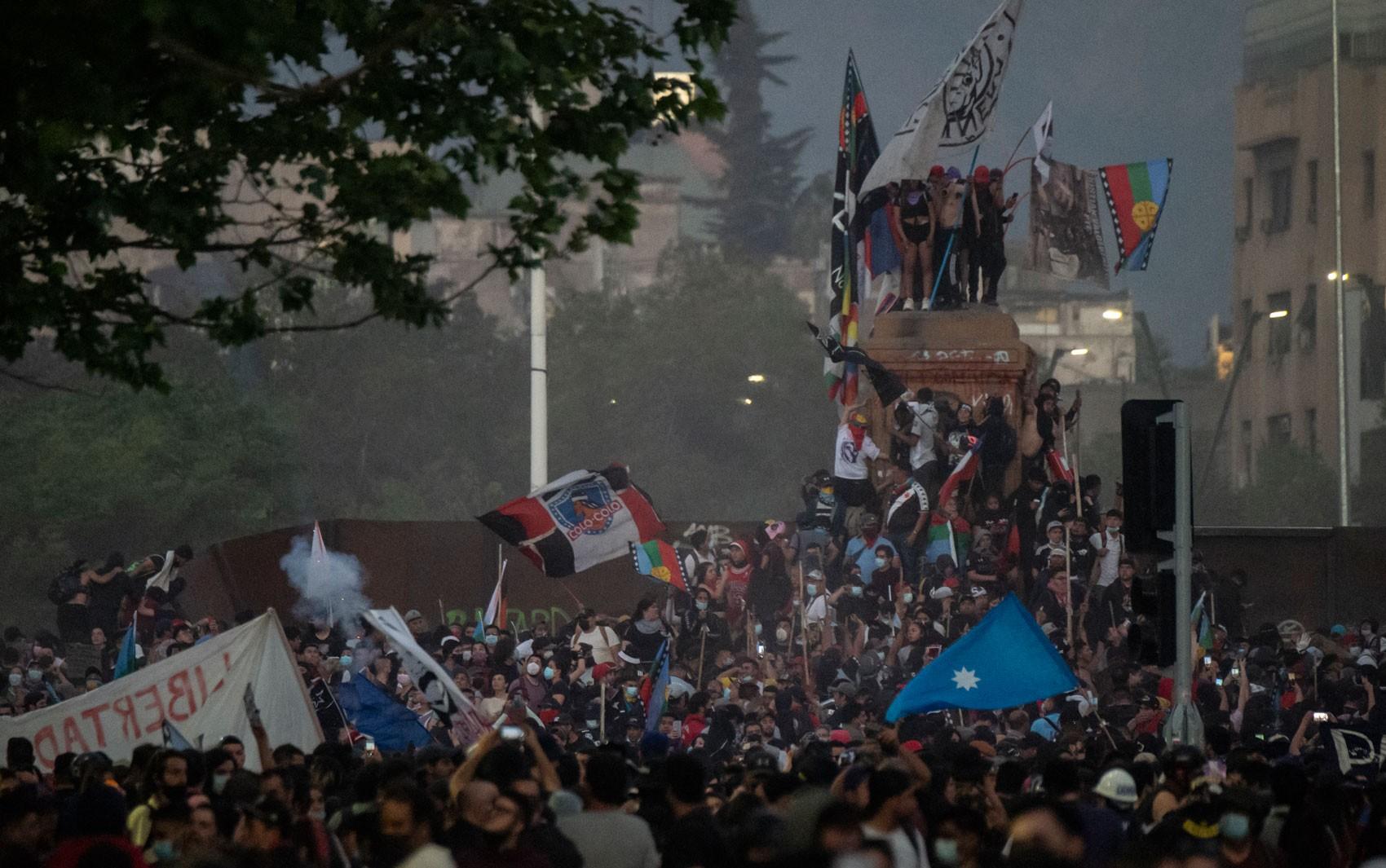 Milhares se manifestam dois anos após a convulsão social no Chile