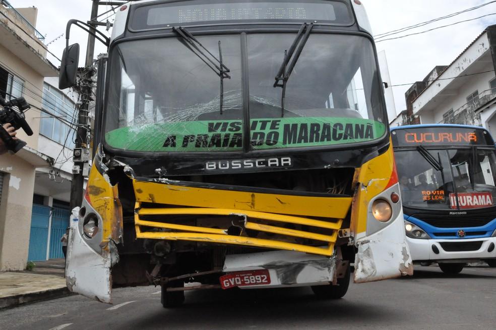 Frente do ônibus ficou muito amassada após batida com caminhonete no bairro Caranazal, em Santarém — Foto: Geovane Brito/G1