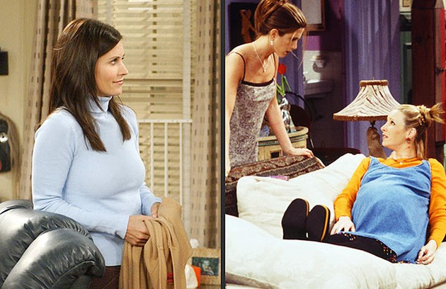 Courteney Cox e Lisa Kudrow engravidaram em 'Friends'. A gestação de Courtney foi escondida e a de Lisa, integrada à trama da série (Foto: Reprodução da internet)
