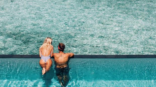 Casal faz foto em cenário paradisíaco (Foto: Reprodução)