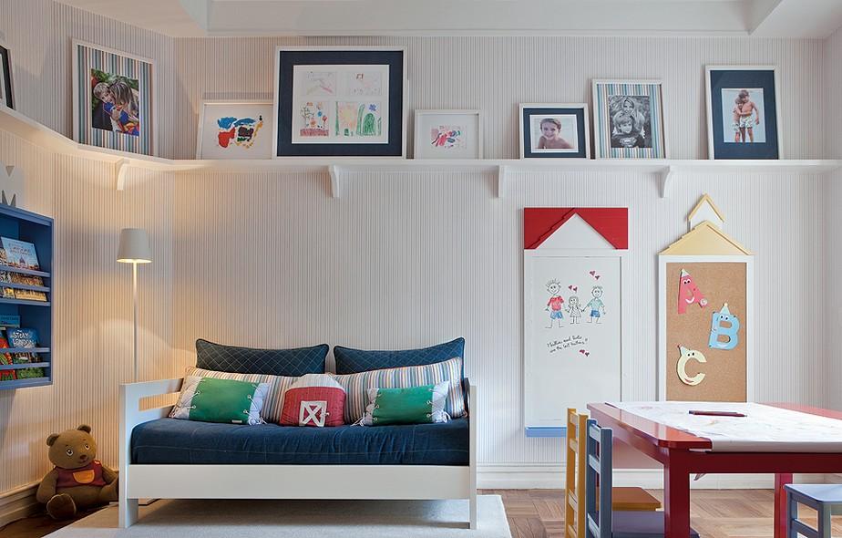 Fã dos desenhos dos filhos Mattia, 6 anos, e Paolo, 4, a moradora Serena Carnevale encomendou uma prateleira no alto da parede para exibi-los. Enquadrados, eles ficam ao lado de fotos da família. Projeto da arquiteta Fernanda Moreira Lima