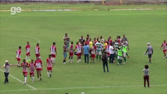 Empurrão de jogador do 4 de Julho em técnico do Altos gera confusão na semifinal do Piauiense; assista