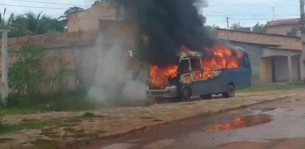 Motorista se revolta e ateia fogo em micro-ônibus em Pinheiro (MA) — Foto: Divulgação/Redes sociais