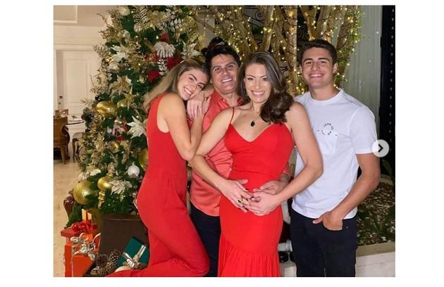Elaine Mickely e César Filho passaram o Natal com os filhos, Luigi e Luma (Foto: Reprodução)