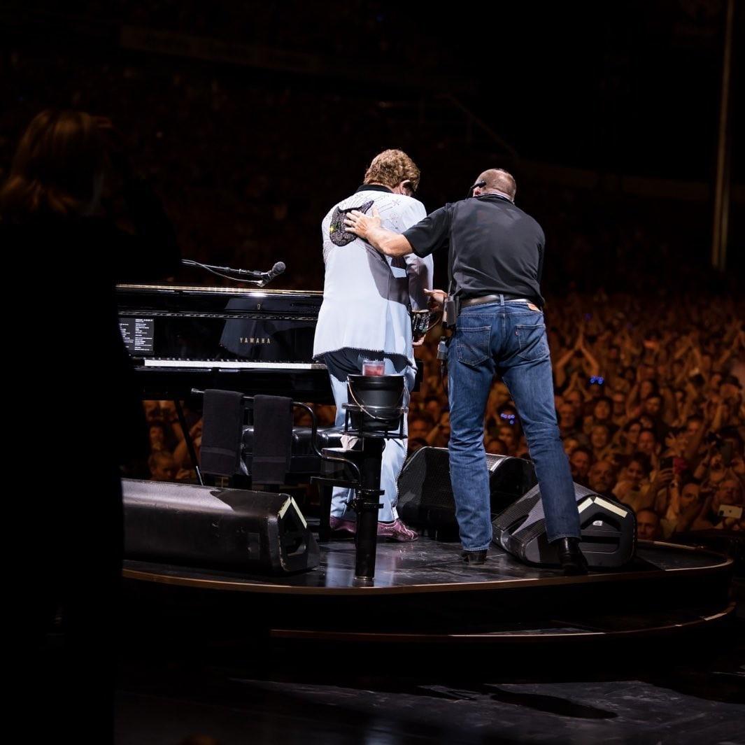 Elton John interrompe show na Nova Zelândia após perder a voz por causa de pneumonia