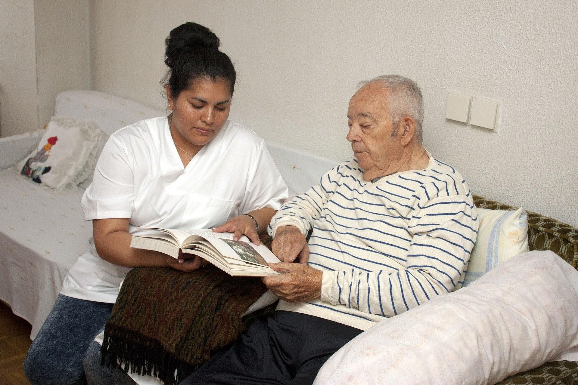 Atendimento deve englobar pacientes com demência e seus cuidadores