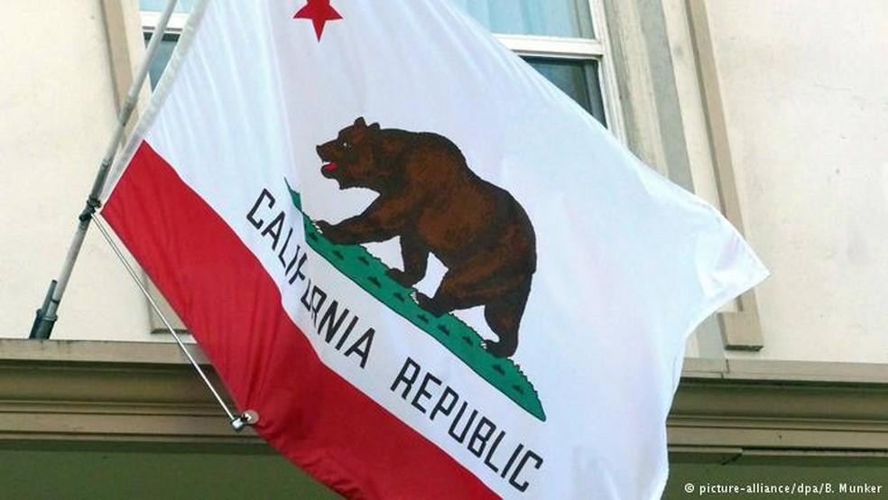 -  Bandeira da Califórnia em uma casa de Berkeley, no estado americano  Foto: B. Munker/DPA