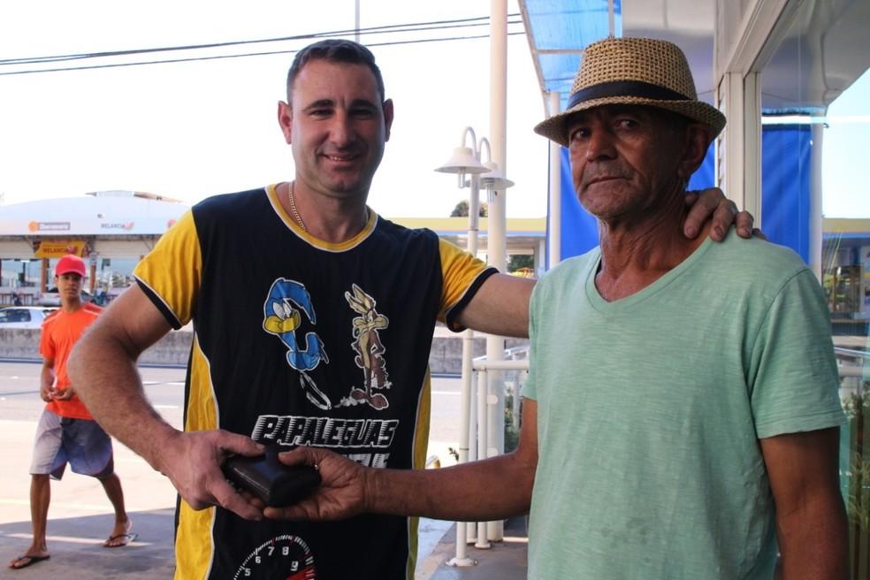 Mauro entrega a carteira que achou perdida em posto de combustível para o dono — Foto: Brunno Alexandre/Marília Notícia