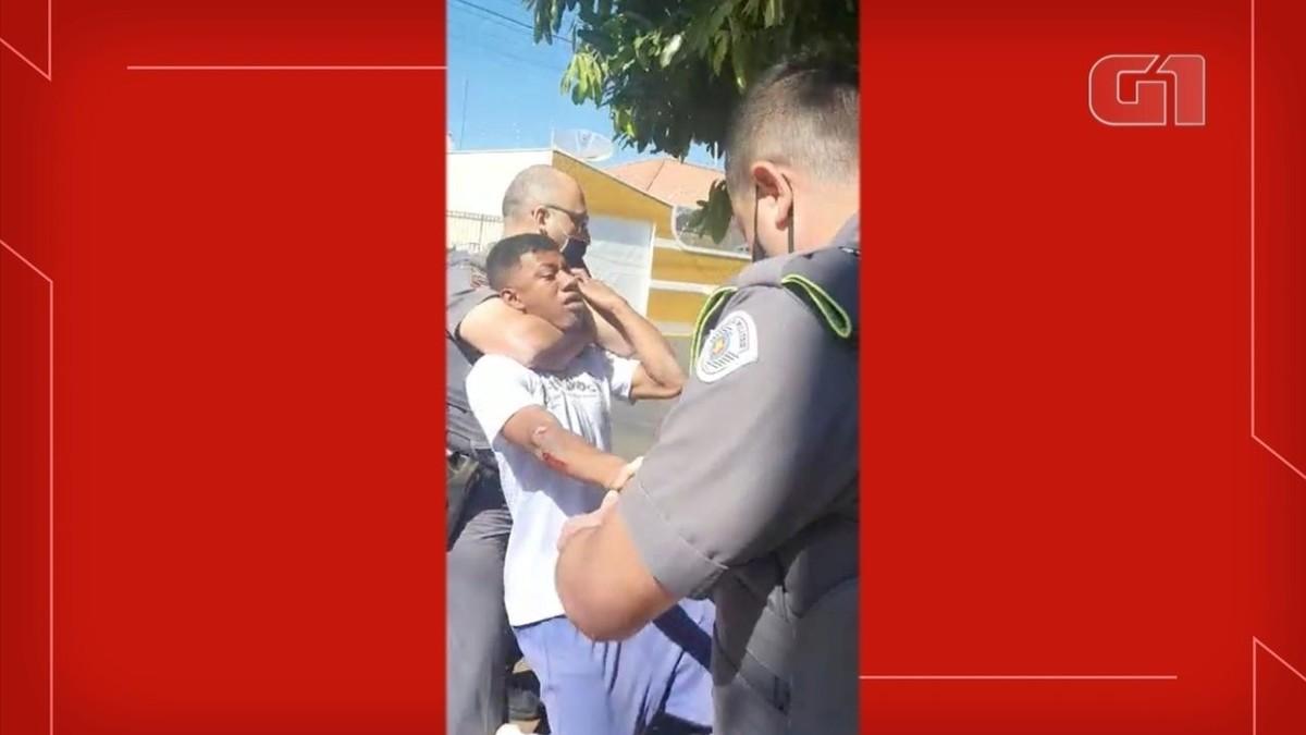'Chegou na brutalidade', diz jovem negro imobilizado com 'mata-leão' em abordagem da PM – G1