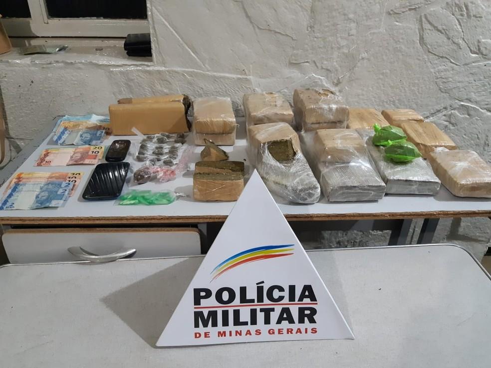 Polícia apreendeu barras de maconha e cocaína — Foto: Polícia Militar/ Divulgação