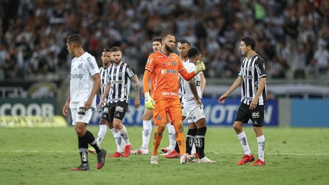 Jogadores na partida Atlético-MG x Santos, no Mineirão, válida pela 26ª rodada do Campeonato Brasileiro.