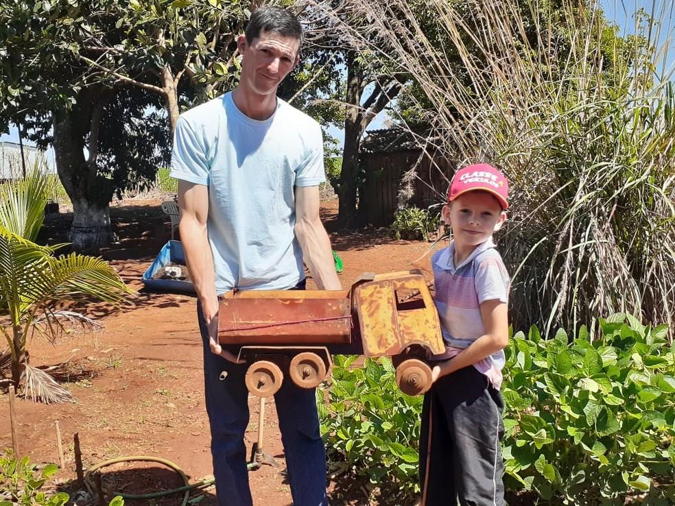 Gabriel Flesch com o pai que o ajudou a construir caminhão de brinquedo, em São Gabriel do Oeste (MS). — Foto: Veja Aqui MS