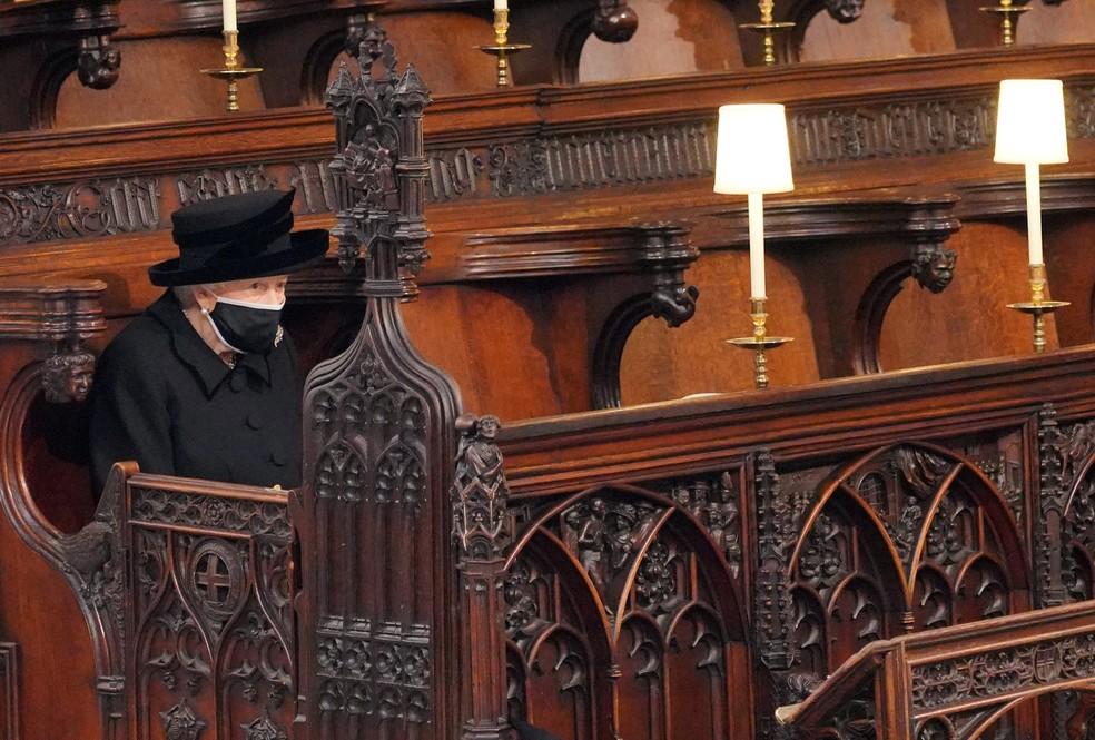 Rainha Elizabeth II se senta sozinha durante o funeral do marido, príncipe Philip, na Capela de São Jorge em 17 de abril de 2021 — Foto: Victoria Jones/Pool/Reuters