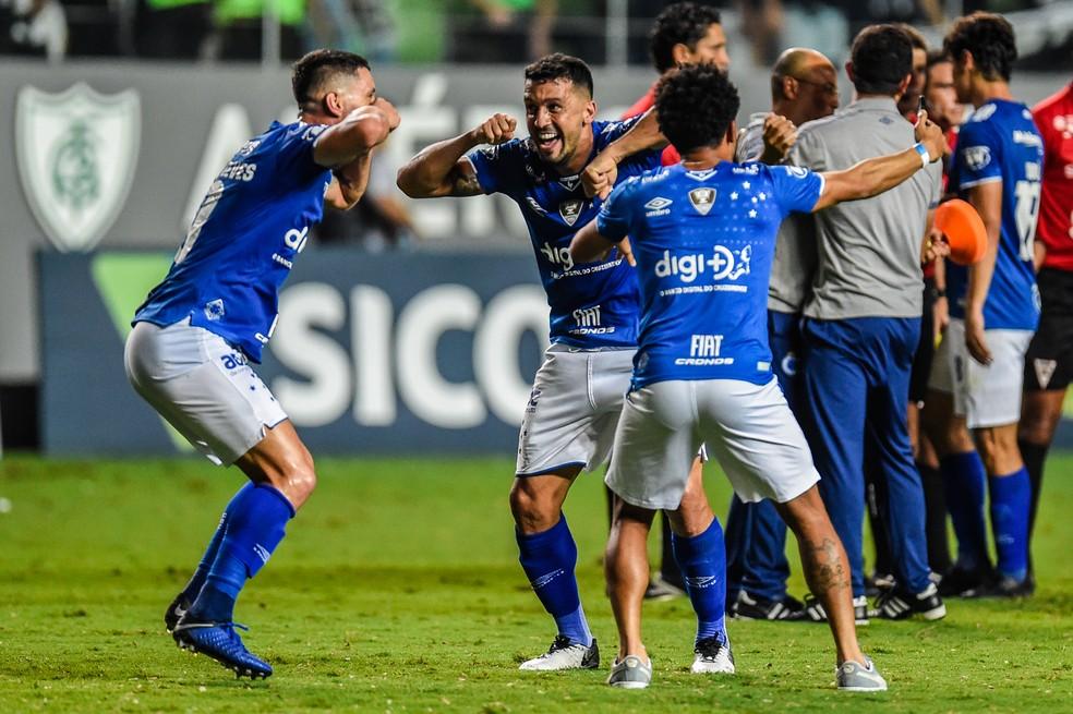 Thiago Neves comemora título junto de Rafinha e Edilson — Foto: Douglas Magno/BP Filmes