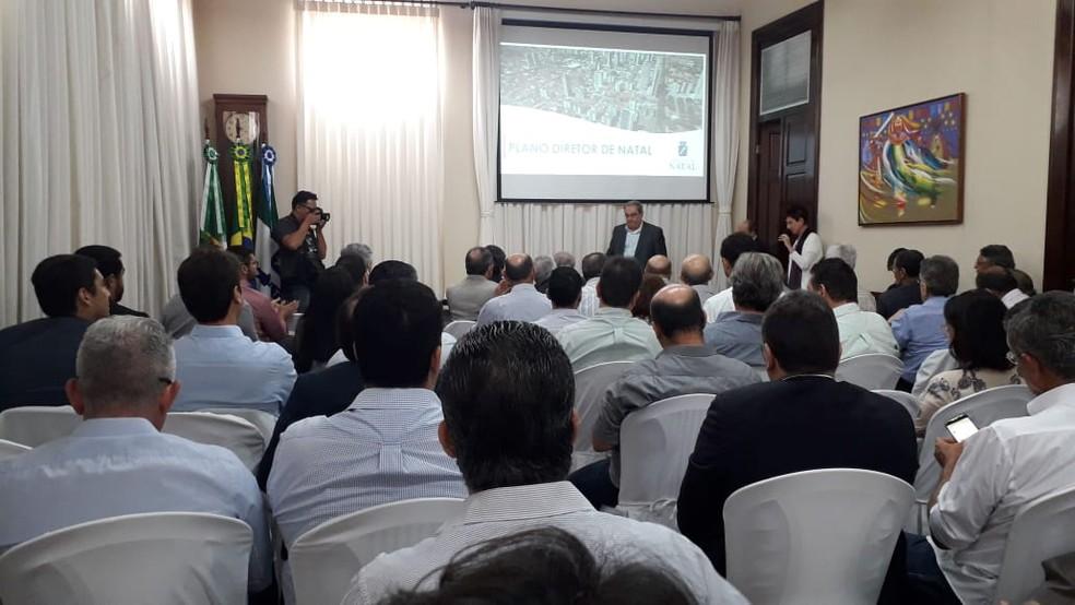 Prefeito de Natal, Álvaro Dias, reuniu nesta quinta-feira (12) representantes de diversos segmentos da sociedade para tratar sobre a revisão do Plano Diretor do município — Foto: Klênyo Galvão/Inter TV Cabugi