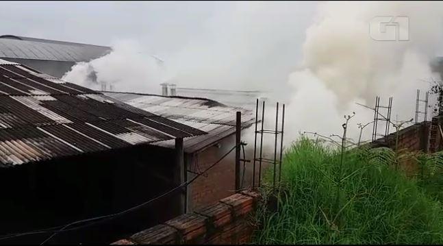 Bombeiros levam 14 horas para conter incêndio em marcenaria de União da Vitória - Radio Evangelho Gospel