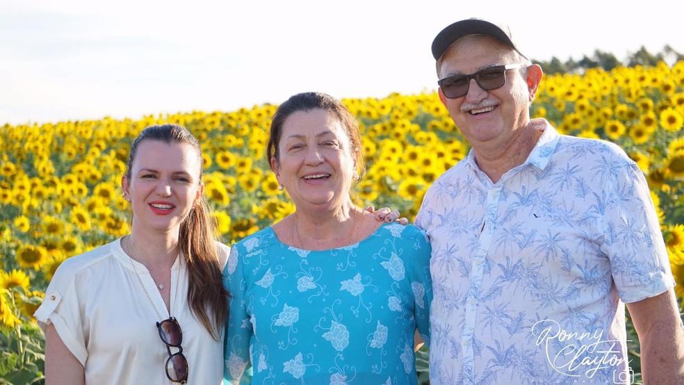 Sebastiani, a esposa e a filha acompanharam a visita dos idosos à plantação de girassóis em Cerquilho — Foto: Ronny Clayton Fotografia/Divulgação