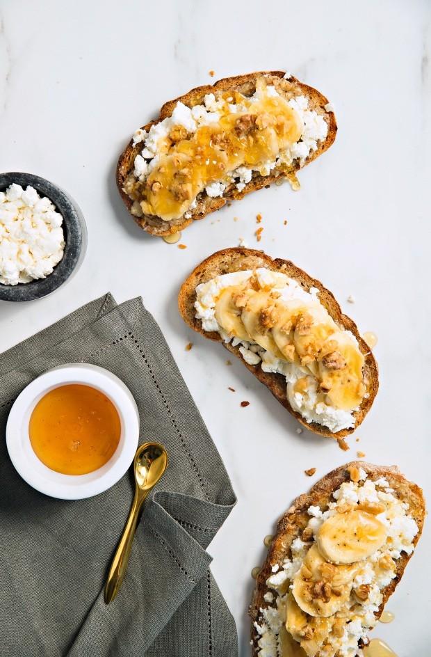 Tostada com ricota, banana e mel (Foto: Cacá Bratke / Editora Globo)