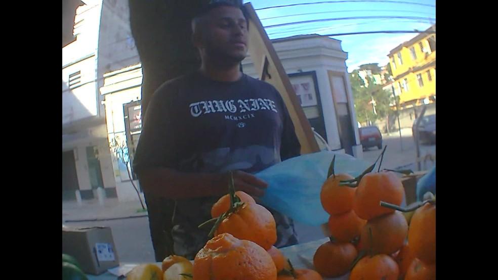 Daniel de Oliveira em sua barraquinha de frutas, no Engenho de Dentro — Foto: Reprodução/GloboNews