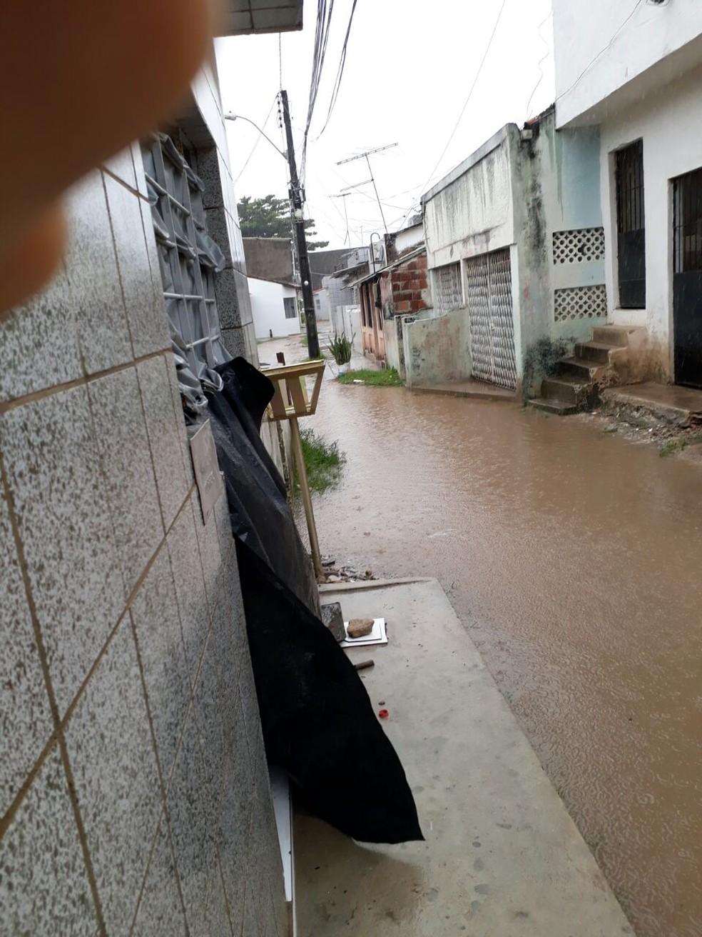 Internauta registrou alagamento na Rua Engenho Camboinha, no bairro da Imbiribeira (Foto: Reprodução/WhatApp)