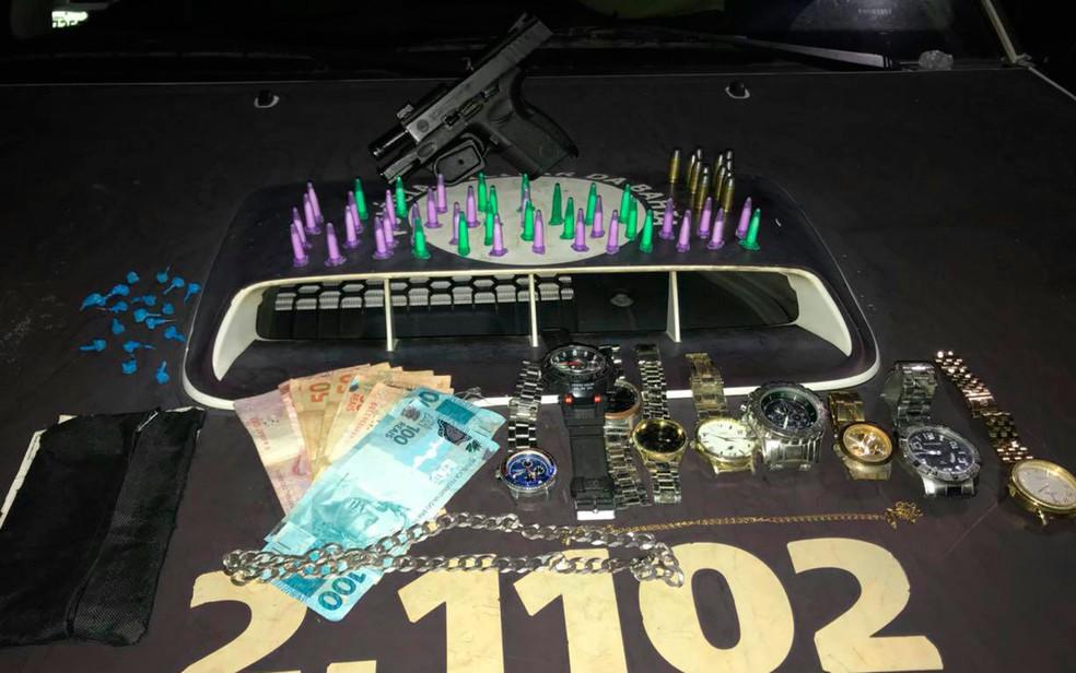 Drogas e relógios roubados foram apreendidos com o suspeito preso (Foto: Divulgação/SSP)