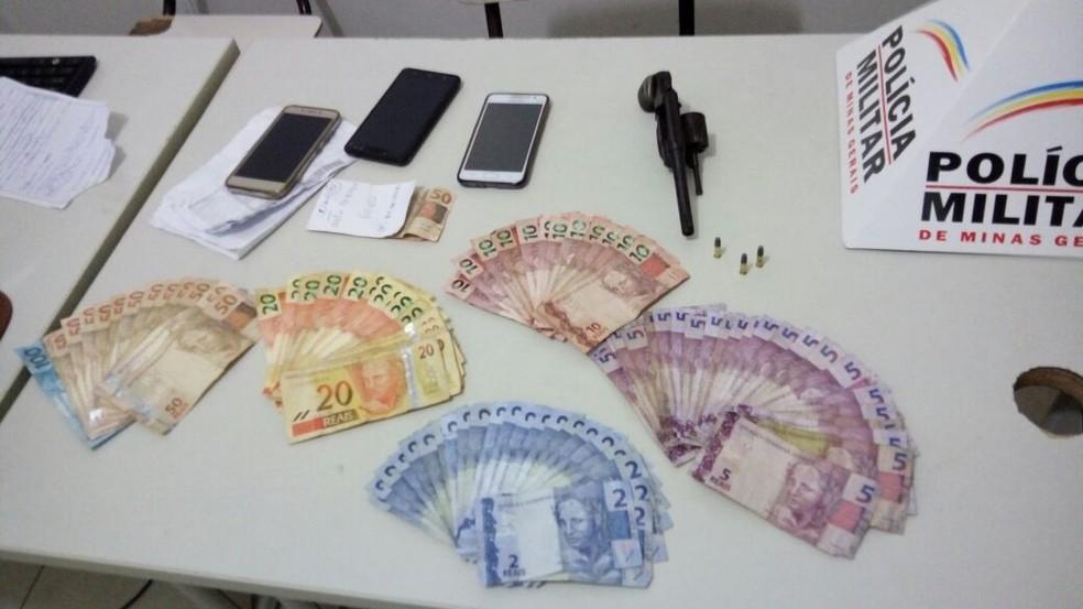 Dinheiro e arma encontrados com o autor (Foto: Polícia Militar/Divulgação)