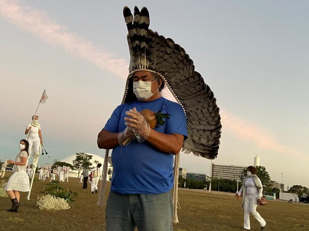 """Indígena participa de performance """"Quem partiu é o amor de alguém"""", em homenagem aos mortos pela Covid-19 — Foto: Larissa Passos/G1"""