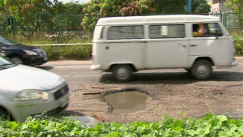Motoristas sofrem com buracos e canteiros cheios de mato na rodovia PE-15 — Foto: Reprodução/TV Globo