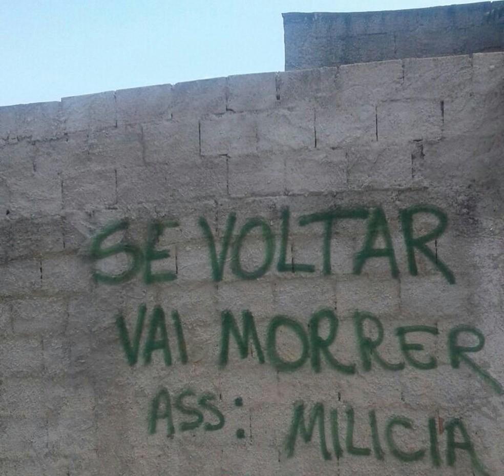 Mensagem pichada em um muro de Itaboraí — Foto: Reprodução/PCERJ