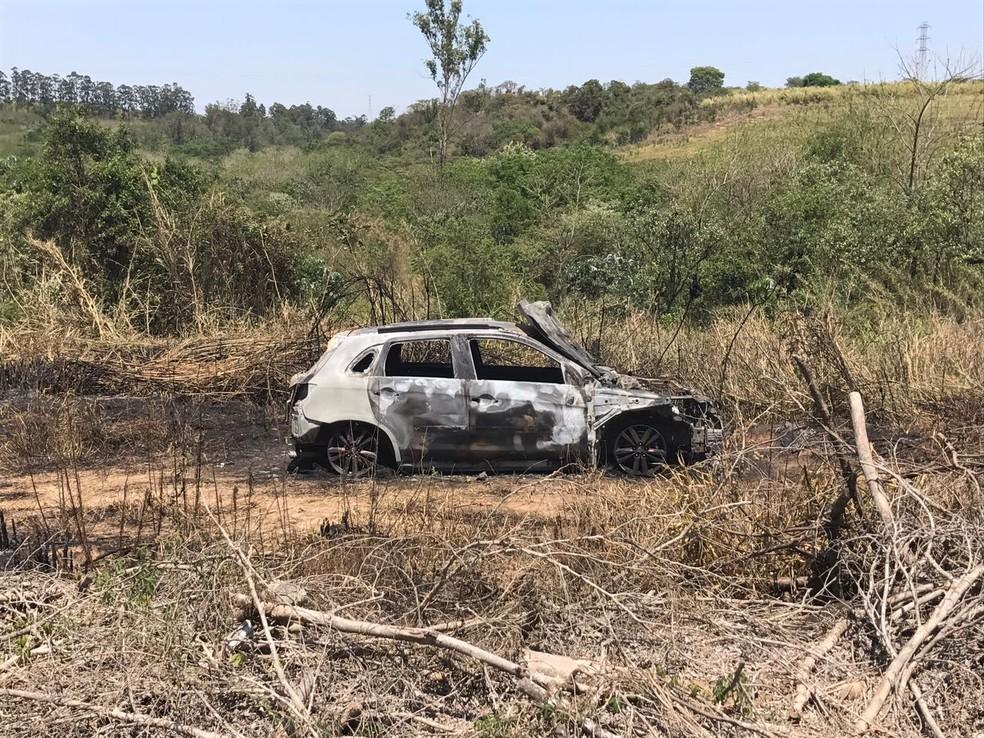 Um dos carros abandonados foi incendiado pelos criminosos em Piracicaba (Foto: Aline Olaya/EPTV)