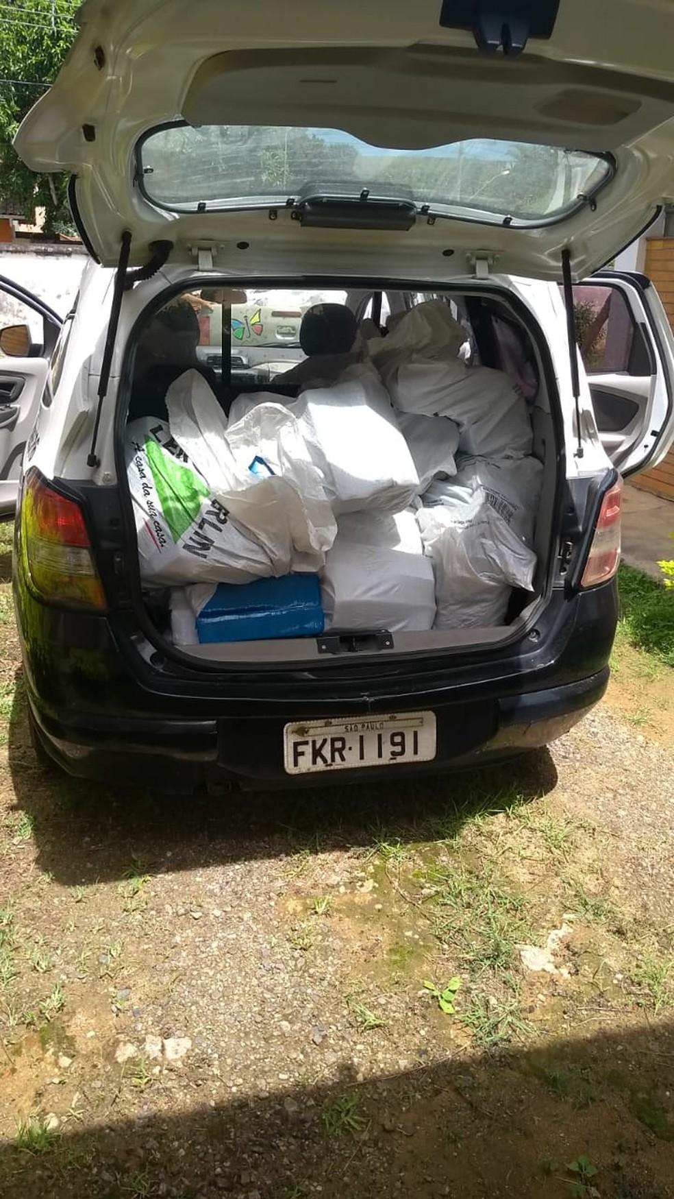 Droga foi levada para a delegacia em uma caminhonete da prefeitura e na viatura da polícia — Foto: Polícia Civil/Divulgação