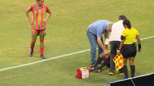 Assistente equatoriana passa mal com calor de Manaus em jogo da Libertadores feminina; veja vídeo
